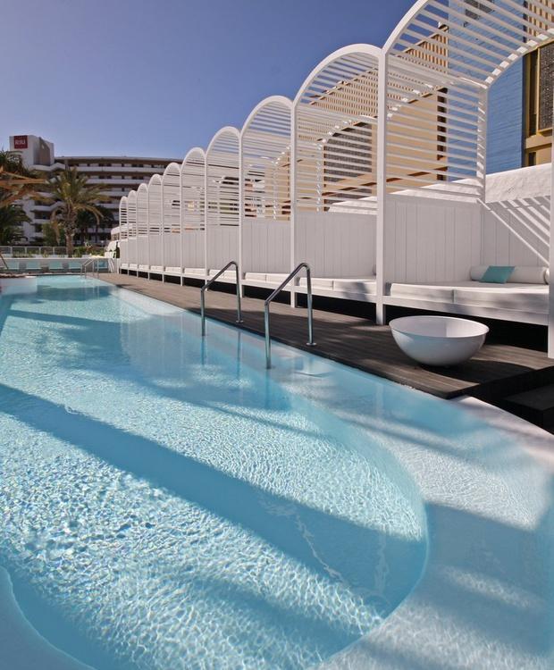 Piscina y Camas balinesas Hotel Gold By Marina