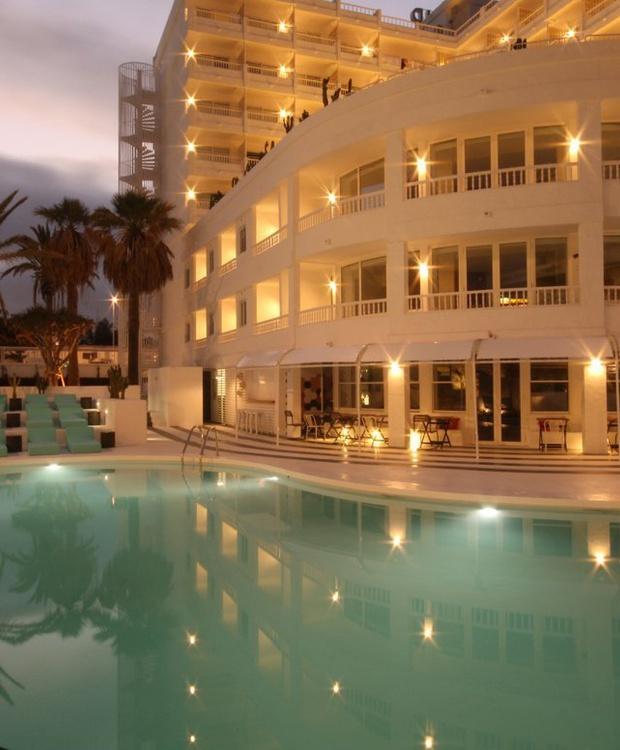 Piscina de noche Hotel Gold By Marina